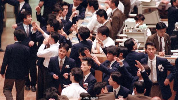 Cảnh tượng tại sàn chứng khoán Tokyo Stock Exchange vào năm 1992. Ảnh: Getty.
