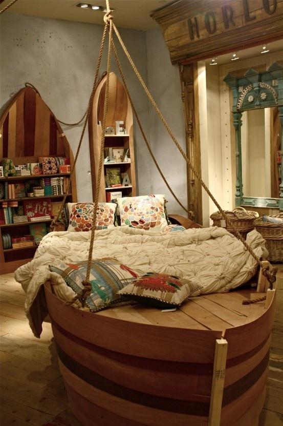 Chắc hẳn bạn sẽ cảm thấy như đang được khám phá một vùng đại dương bí ẩn nào đó khi nhìn thấy căn phòng và chiếc giường này.