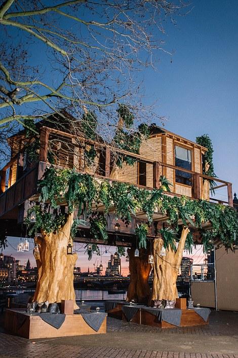 Ngôi nhà trên cây cao 10m được xây dựng với 2 phòng ngủ nhìn ra sông Thames và 1 ban công.