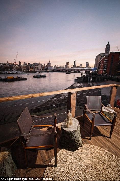 Từ trên ban công của ngôi nhà cây sang trọng này, du khách có thể vừa thưởng thức đồ uống vừa ngắm cảnh sông Thames và thành phố London.