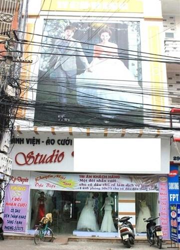Tầng 1 được dùng để kinh doanh ảnh viện, áo cưới. Mẹ Kỳ Duyên là chuyên gia trang điểm. Bố của Kỳ Duyên là thợ ảnh chính của studio.