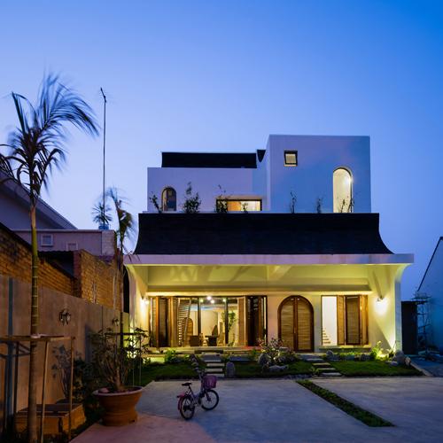 Tổng thể căn nhà thiết kế dành cho 3 thế hệ nhìn từ bên ngoài.