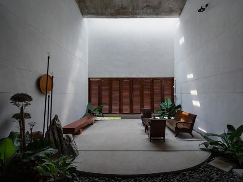 Ngôi nhà được thiết kế với hai không gian nhỏ (một cho những người trẻ và 1 cho các cụ già) riêng biệt bên trong. Sân trước, sân sau và các hành lang kết nối là điểm gắn kết.