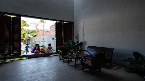 Thềm cửa - một chi tiết thú vị của một ngôi nhà Việt - là một nơi mà họ có thể ngồi, thư giãn, hoặc trò chuyện với người hàng xóm của mình; đặc biệt, đây cũng là không gian vui chơi yêu thích của trẻ em.