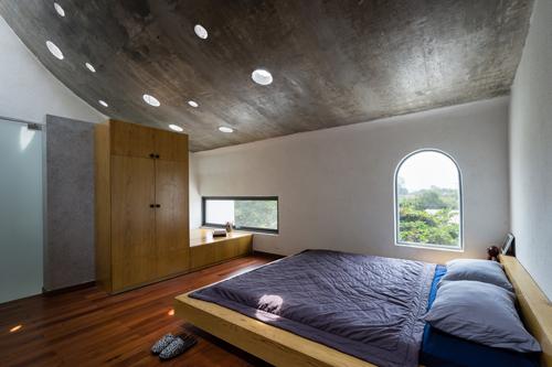 Với khoảng trống và ánh sáng tự nhiên được khéo léo giải quyết, chủ nhà có thể dễ dàng nhận thấy thời tiết bên ngoài từ bên trong phòng ngủ.