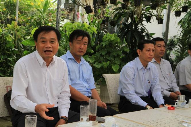 Ông Nguyễn Văn Dương (ngồi bìa trái) tiếp xúc và giải quyết kiến nghị của doanh nghiệp tại quán cà phê chủ tịch mỗi sáng sớm - Ảnh: VÂN TRƯỜNG