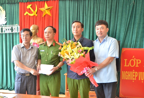 Lãnh đạo thành phố Móng Cái khen thưởng cho CBCA phòng cảnh sát PCCC số 1.