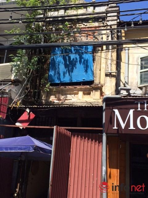 Một căn nhà bong tróc, vá víu trên phố Mã Mây. (Ảnh: Minh Thư)