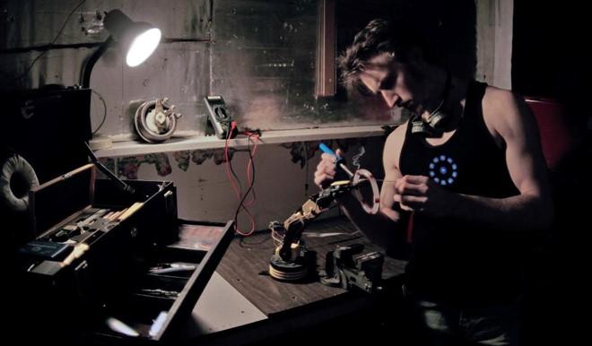 James The Hacksmith Hobson được truyền cảm hứng từ nhân vật Tony Stark, cả trong lối tư duy điên rồ lẫn phong cách làm việc. Ảnh: NVCC.