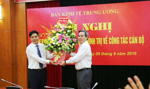 Đồng chí Nguyễn Văn Bình, Trưởng Ban Kinh tế Trung ương tặng hoa chúc mừng ông Cao Đức Phát.