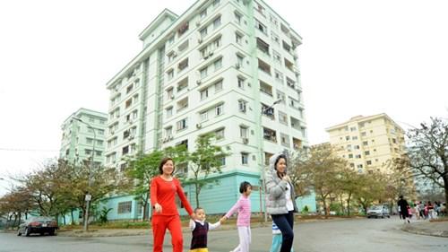 Khách hàng muốn vay vốn ưu đãi mua nhà ở xã hội phải có sổ tiết kiệm 12 tháng trở lên kể từ ngày 15/8. Ảnh: Hồng Vĩnh.