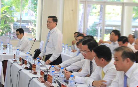 ĐB Trường đặt câu hỏi về việc di dời Trung tâm hành chính TP Đà Nẵng. Ảnh: LÊ PHI.