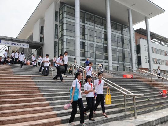 Cho con vào được trường THPT chuyên Hà Nội - Amsterdam vẫn đang là mơ ước của nhiều phụ huynh học sinh Hà Nội (Nguồn ảnh: thanhnien.vn)