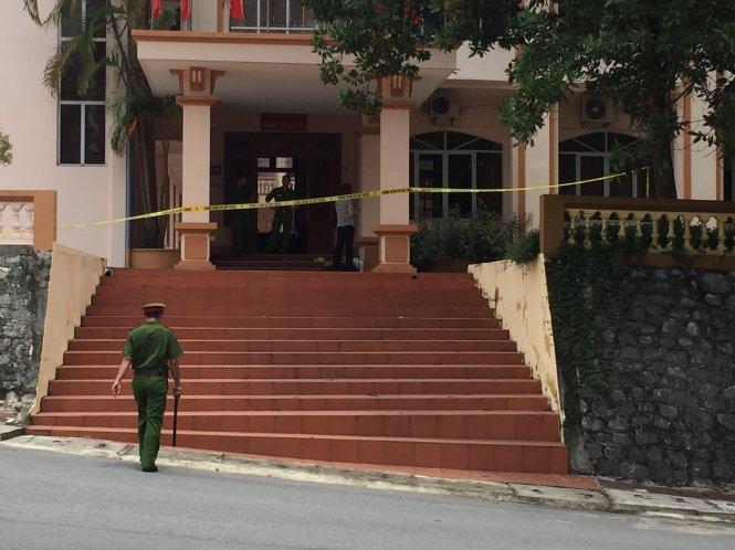 Khu vực phòng làm việc của bí thư Tỉnh uỷ, chủ tịch HĐND tỉnh Yên Bái đã được Công an phong toả, khám nghiệm điều tra nguyên nhân vụ việc - Ảnh: THÂN HOÀNG