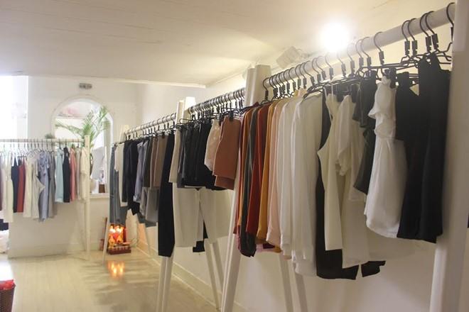 Các shop thời trang tại chung cư cũ ở trung tậm quận 1 thường là hàng tự thiết kế với nhiều mẫu mã không đụng hàng, nên rất được lòng khách.