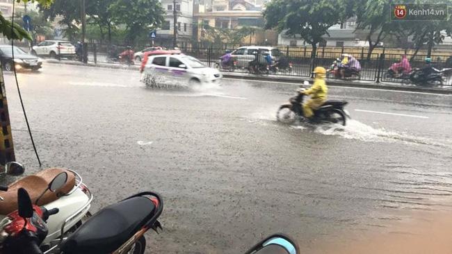 Khu vực đường Giải Phóng (Hà Nội) chìm trong biển nước. Ảnh: Định Nguyễn