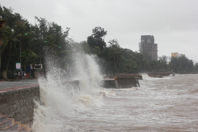 Nước biển dâng kết hợp với gió cấp 6-7 tạo nên những cột sóng cao liên tục ập vào bờ kè tại khu vực quận Đồ Sơn, TP Hải Phòng - Ảnh: TIẾN THẮNG