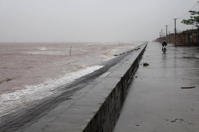 Gió mạnh kèm theo sóng lớn tại ven biển huyện Giao Thủy - Ảnh: LÂM HOÀI