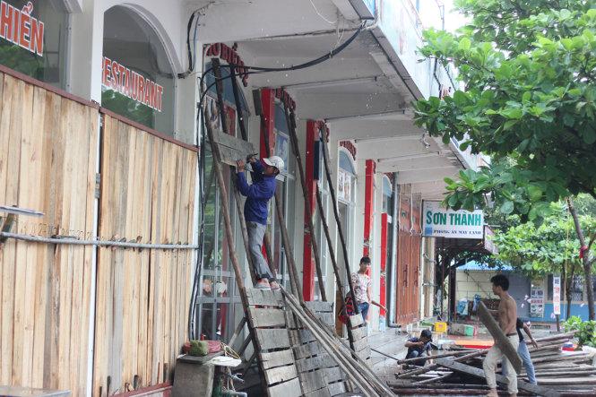 Nhiều cửa hàng ăn uống, dịch vụ tại Đồ Sơn chủ động dùng các tấm ván dựng thành lô cốt để che kín xung quanh - Ảnh: TIẾN THẮNG