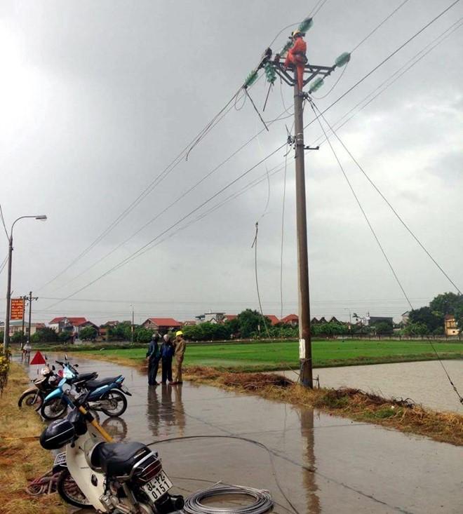 Điện lực Quảng Ninh kiểm tra, khắc phục sự cố ở huyện Đông Triều. Ảnh: Báo Quảng Ninh