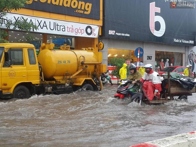 Tại khu vực Phạm Văn Đồng (Hà Nội) nước ngập sâu. Ảnh: Thế Long Nguyễn