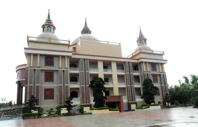 Dinh thự của đại gia Trầm Bê có năm chóp, tọa lạc trong một khuôn viên rộng.