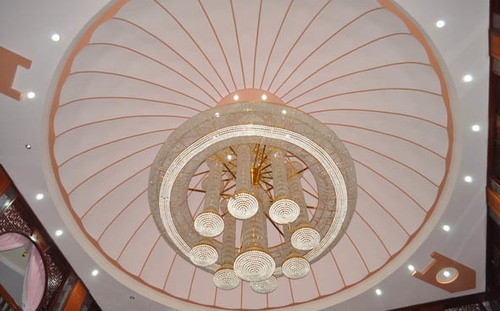 Chiếc đèn chùm trị giá nhiều tỷ đồng có đường kính rộng gần 10m được làm từ châu Âu, các thanh giằng của nó được dát bằng vàng được đặt tại gian chính của tòa nhà.