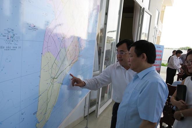 Phó Thủ tướng xem bản đồ Quy hoạch vùng đồng bằng Sông Cửu Long