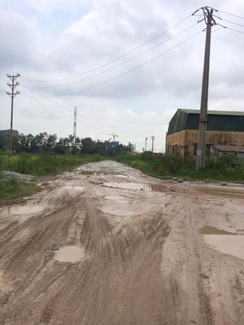 Đường vào khu đô thị Ao Sào đang phải đi tạmqua khu đất của Tổng Công ty Licogi, rất lầy lội, bẩn thỉu. Ảnh: Minh Thư