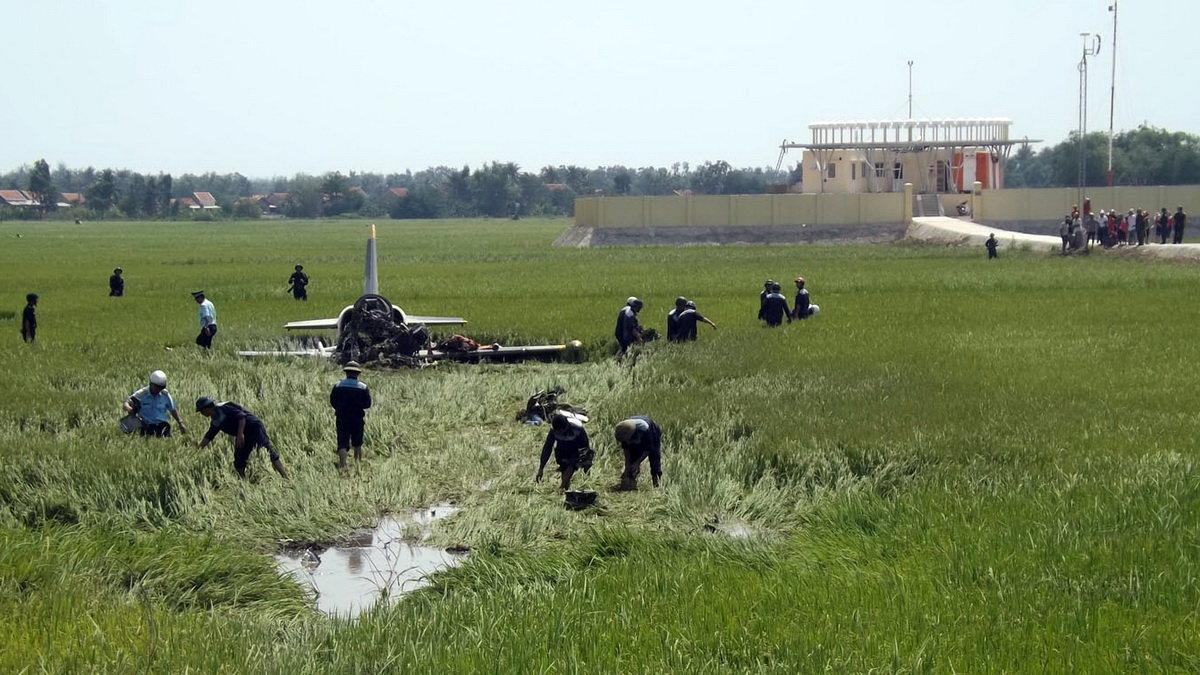 Máy bay rơi giữa ruộng lúa - Ảnh: Kim Thủy