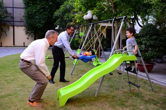 Đại sứ Osius và bạn đời chơi cùng các con trong sân trước nhà. Ảnh: Tạp chí Đẹp