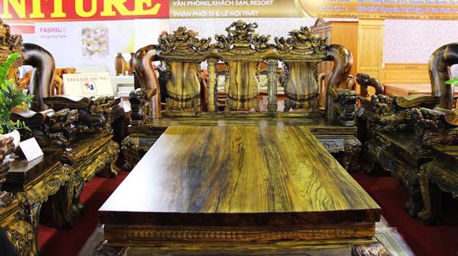Mặt bàn dầy 8cm nguyên khối, chân chạm kỳ lân cột 24, có chiều dài 230cm x rộng 150cm có trọng lượng 800kg. Bốn bàn trà có trọng lượng gần 200kg/ cái.
