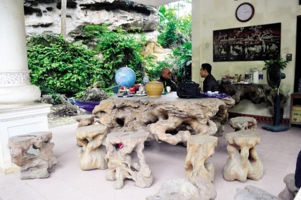Theo vị đại gia này chia sẻ, cách đây 15 năm ông có mua được một cây gỗ gù hương và bộ bàn ghế triệu độ này là 1 trong 3 phần của gốc cây gỗ gù hương đó. Với 18 chiếc ghế và độ dài của bàn là 2,7m.