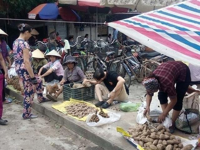 Các mặt hàng tiểu thương buôn bán tại chợ chủ yếu là nông sản.