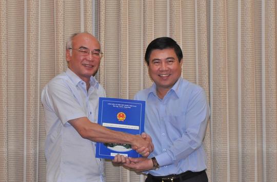 Chủ tịch UBND TP Nguyễn Thành Phong (bìa phải) trao quyết định cho ông Phan Nguyễn Như Khuê