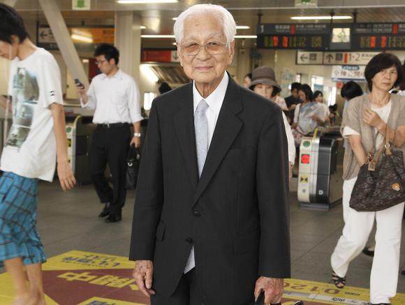 Người đàn ông trăm tuổi vẫn đam mê làm việc. (Ảnh: Nikkei)