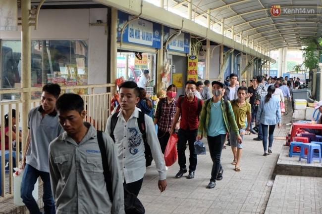 Lối đi từ khu vực trả khách ra ngoài đông nghịt người tại bến xe Mỹ Đình. Ảnh: Định Nguyễn
