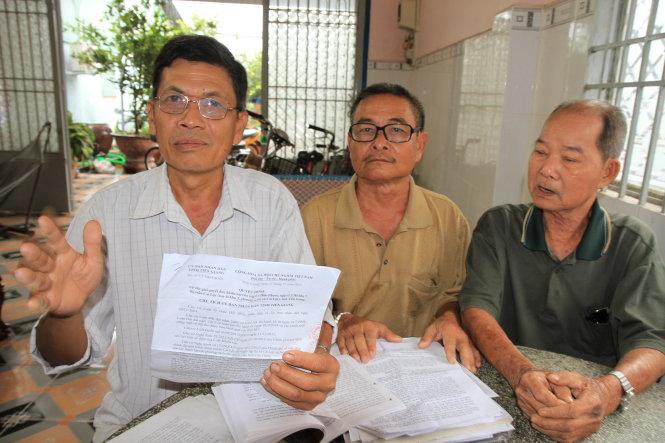 Một số hộ dân ở huyện Cai Lậy và thị xã Cai Lậy nói đã mòn mỏi chờ đợi UBND tỉnh Tiền Giang chi tiền bồi thường, hỗ trợ từ tháng 6-2015, nay lại tiếp tục chờ - Ảnh: VÂN TRƯỜNG