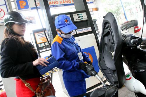 Giá xăng ở VN gánh quá nhiều thuế phí (ảnh: theo Petrolimex)