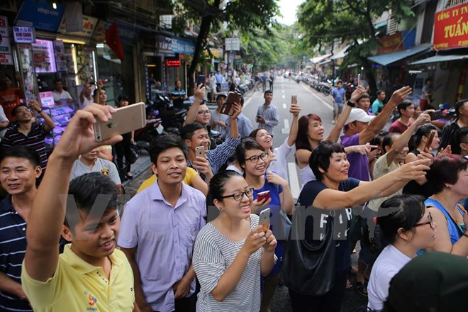 Người dân phố cổ hân hoan chào đón Tổng thống Pháp. (Ảnh: Minh Sơn/Vietnam+)