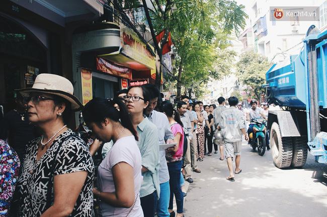Hàng người nối dài từ sáng sớm đến trưa ở trước cửa hiệu bánh Bảo Phương.