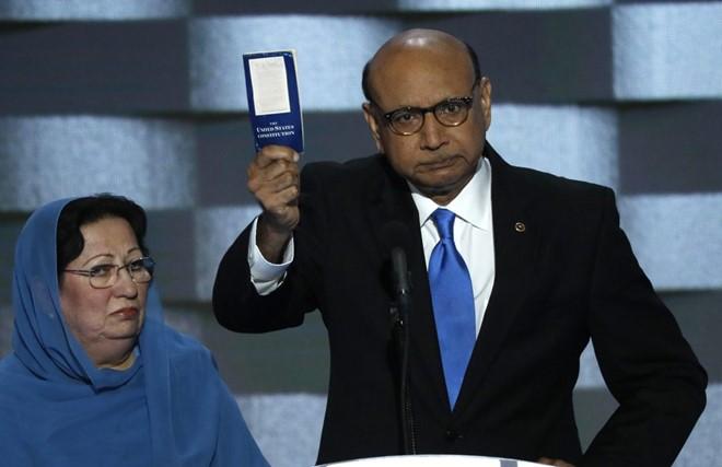 Cha mẹ binh sĩ theo đạo Hồi Humayun Khan, thiệt mạng trên chiến trường Iraq trong vụ đánh bom năm 2004. Ảnh: Reuters