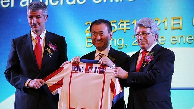 Tỉ phú Wang Jianlin mua 20% cổ phần của Atletico Madrid.