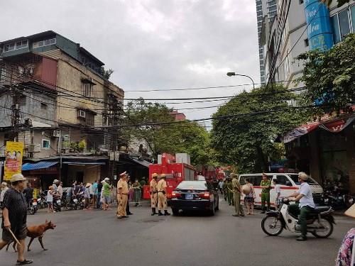 Cả khu phố đang được phong tỏa để phục vụ công tác cứu hộ, cứu nạn.