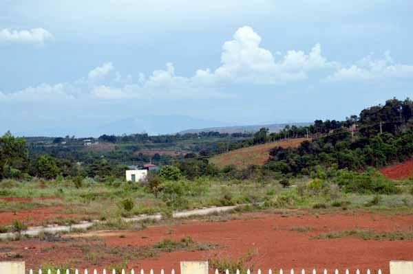 Đất đai quy hoạch cho CCN bỏ hoang lãng phí. Ảnh: QA