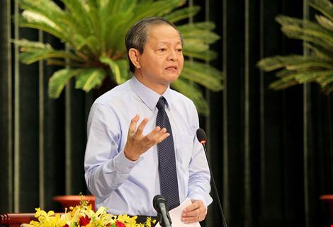 Phó Chủ tịch UBND TP.HCM Lê Văn Khoa trả lời chất vấn của đại biểu tại kỳ họp thứ hai HĐND TP.HCM khóa IX, sáng 5-8. Ảnh: HOÀNG GIANG