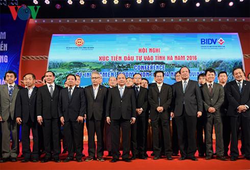 Thủ tướng và lãnh đạo tỉnh Hà Nam chụp ảnh lưu niệm cùng các nhà đầu tư.