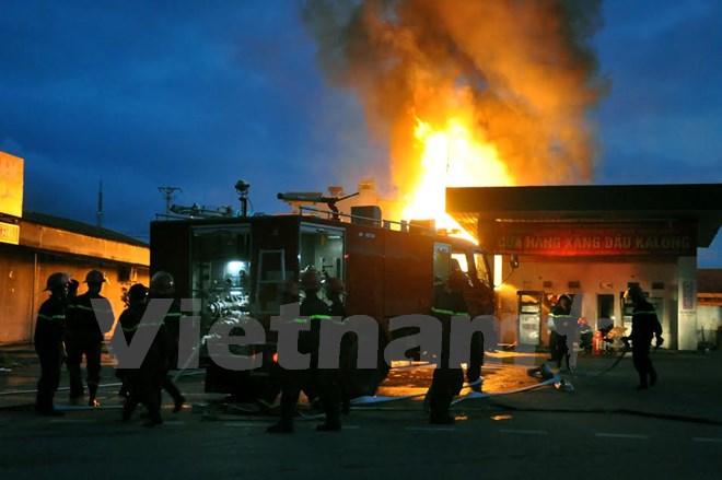 Lực lượng phòng cháy chữa cháy đang dập lửa. (Ảnh: Văn Đức/Vietnam+)