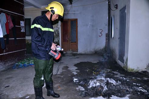 Đống tàn tro của gia đình anh chị Trường - Hằng sau khi dập tắt vụ cháy xe bồn vẫn còn bốc khói