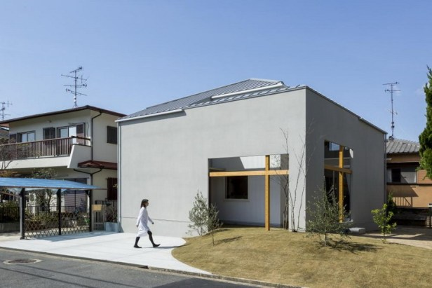 Ngôi nhà nhìn bề ngoài vô cùng khác lạ bởi xuất hiện một đồi cỏ xanh uốn lượn ôm trọn một góc nhà.